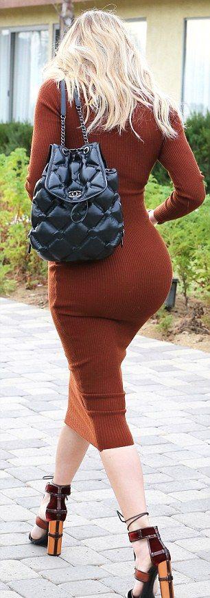 Пользователи сети обсуждают облагающее платье Хлои Кардашян (7 фото)