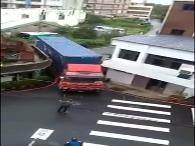 Невероятное мастерство водителя грузовика