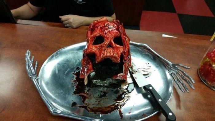 Американский кулинар готовит торты в виде окровавленных черепов (16 фото)
