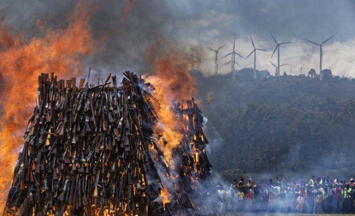 В Кении сожгли изъятое у населения нелегальное оружие (12 фото)