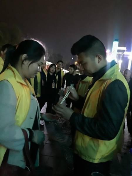 В Китае провинившихся работников заставили есть червей (4 фото)