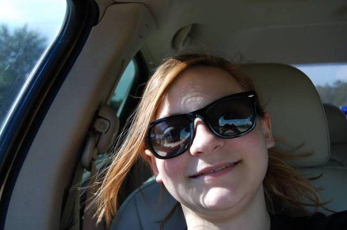 Девушка сфотографировала призрака на заднем сидении своего авто (3 фото)