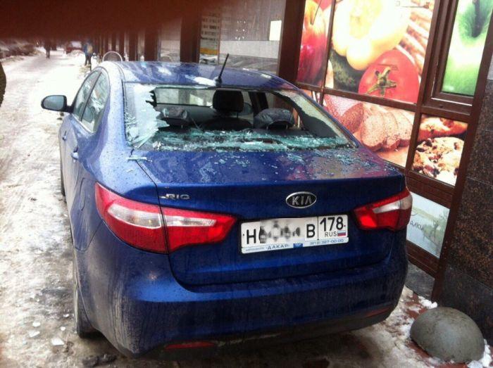 В Санкт-Петербурге сосульки пробивают крыши и падают на автомобили (4 фото)