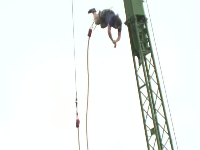 Британский банджи-джампер прыгнул с высоты 70 метров и обмакнул печенье в чай