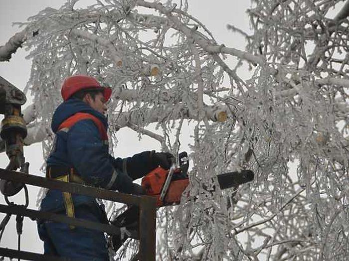 В Подмосковье десятки тысяч людей восьмой день остаются без электричества (2 фото + текст)