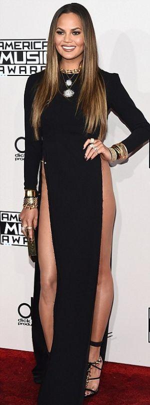 Из-за откровенного платья модель Крисси Тейген показала больше, чем рассчитывала (4 фото)