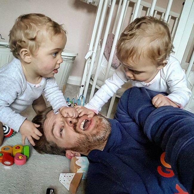 Отец 4-х дочерей покорил социальные сети своими правдивыми фото (22 фото)