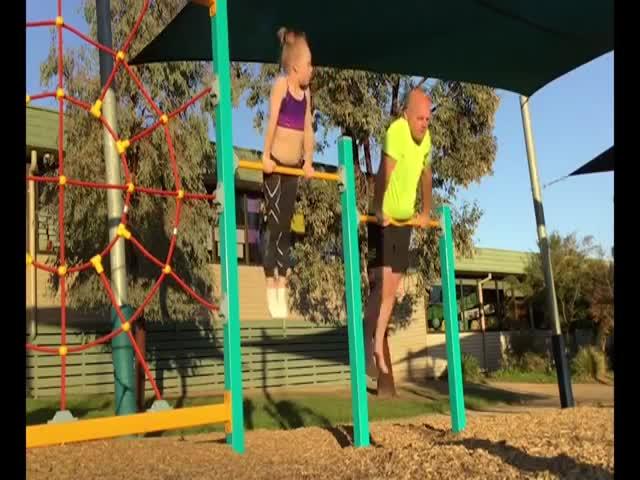 Отец повторяет упражнения за дочерью