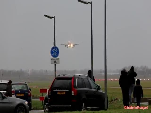 Пилот не смог посадить самолет и пошел на второй круг