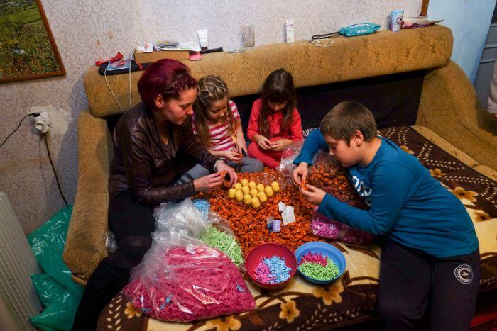 Как фасуют игрушки для шоколадных яиц (9 фото)