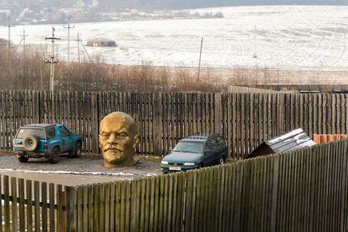 Под Минском «припарковали» гигантскую голову Ленина (3 фото)