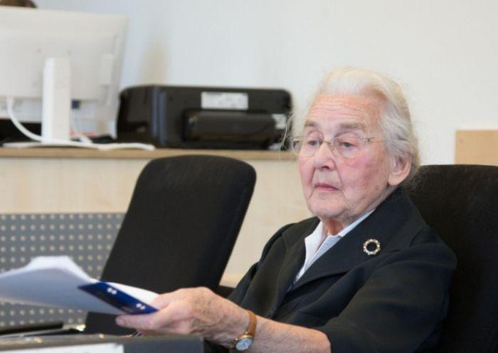В Германии 88-летнию женщину приговорили к 2,5 годам тюрьмы за отрицание Холокоста (2 фото)