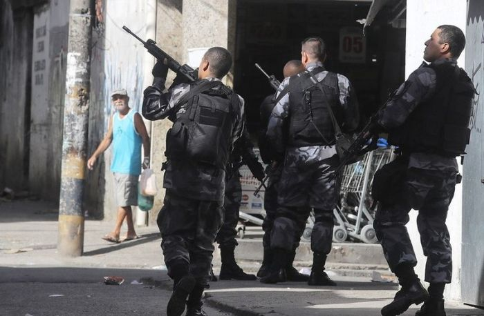 Обычный день в фавелах Рио-де-Жанейро (7 фото)