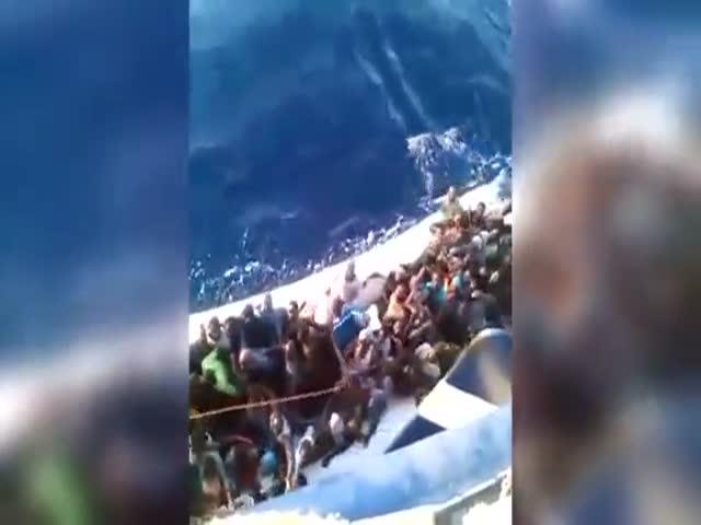 В Средиземном море перевернулась лодка с мигрантами