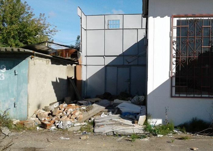 Что стало со знаменитым домом в гаражном кооперативе Москвы (3 фото)