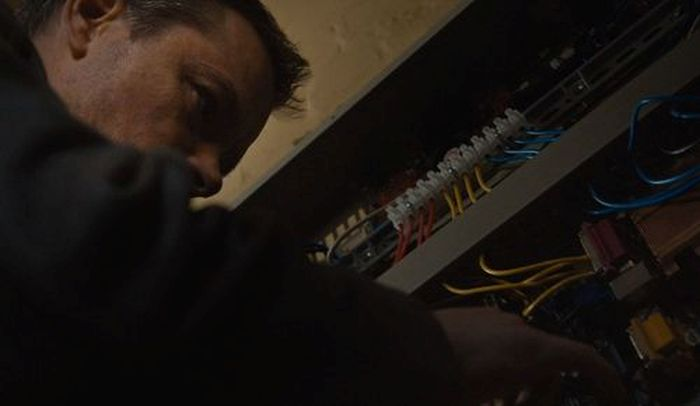 Джейсон Борн копается в щите «пожарной сигнализации» (4 фото)