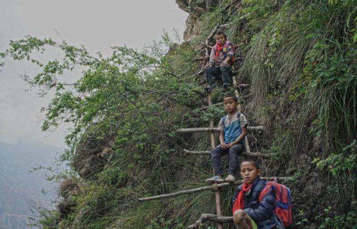 Власти Китая построили металлическую лестницу в горах для деревенских школьников (16 фото)