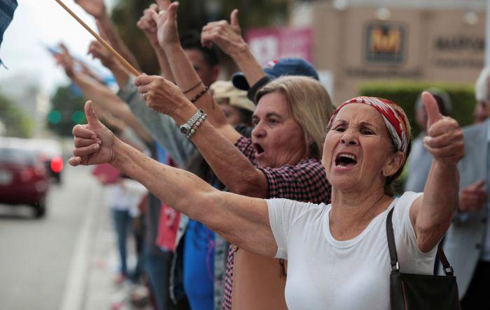 Кубинские эмигранты в Майами отпраздновали смерть Фиделя Кастро (11 фото + 2 видео)