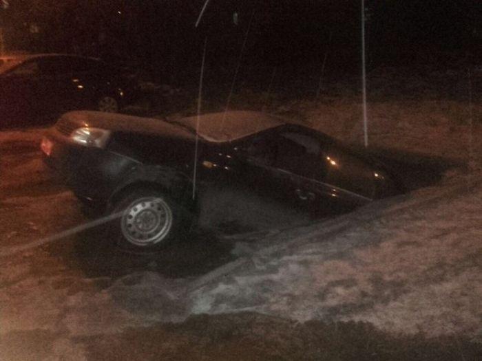 В Уфе не смогли найти провалившийся в яму с водой автомобиль (2 фото + 2 видео)