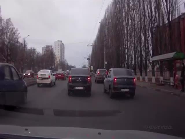 Мгновенная карма настигла нарушителя ПДД