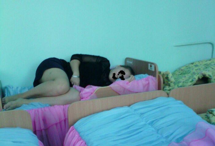 Уставшая воспитательница (2 фото)
