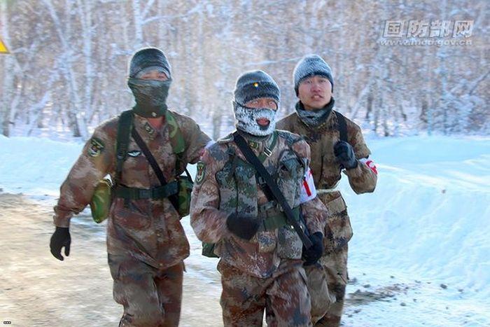 Марш-бросок китайских солдат при температуре -35 градусов (5 фото)
