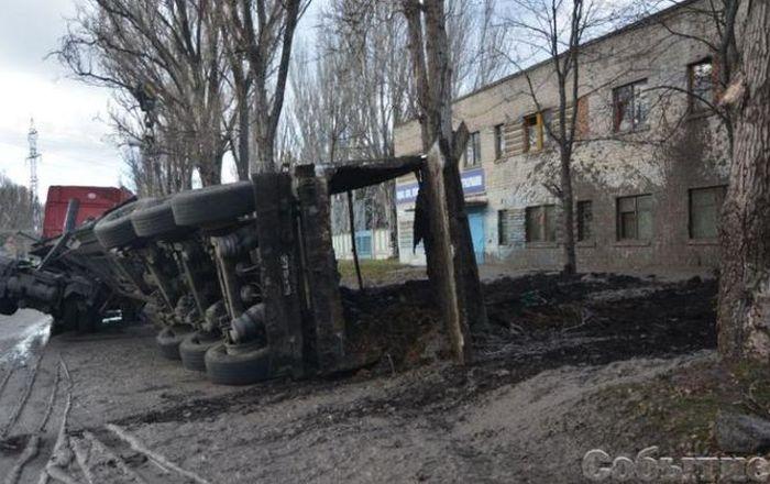 В Каменском перевернулся грузовик с фекалиями, забрызгав сервисный центр МВД (6 фото)