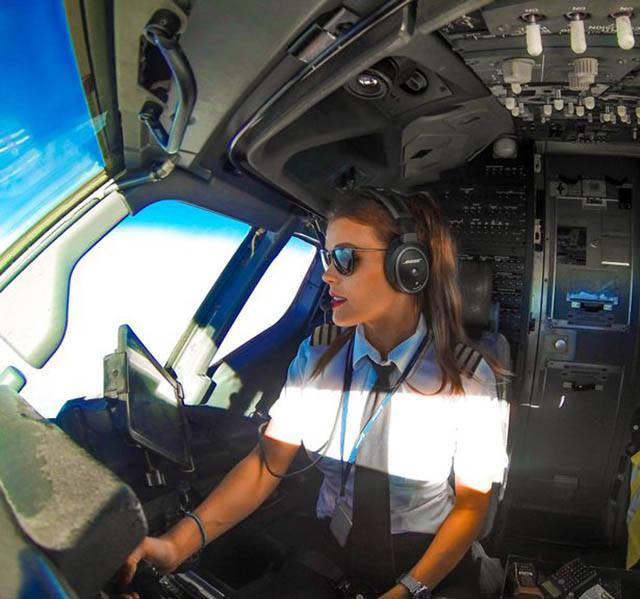 Девушка-пилот путешествует по миру и демонстрирует позы из йоги (24 фото)