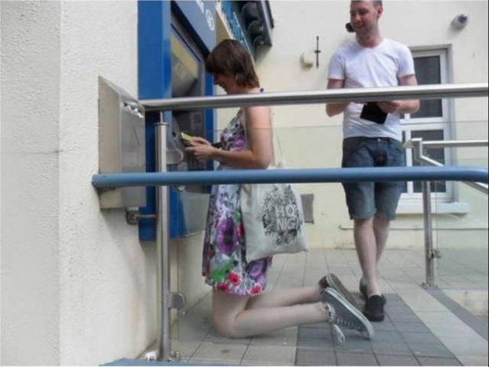 Трудности и неудобства высоких людей (13 фото)