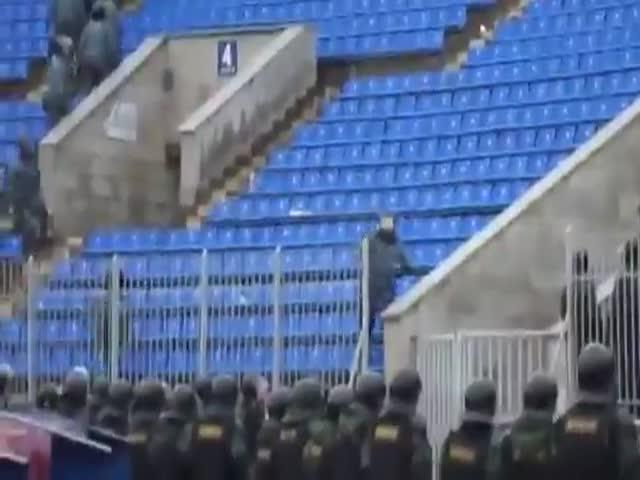 Болельщики поддерживают полицейских