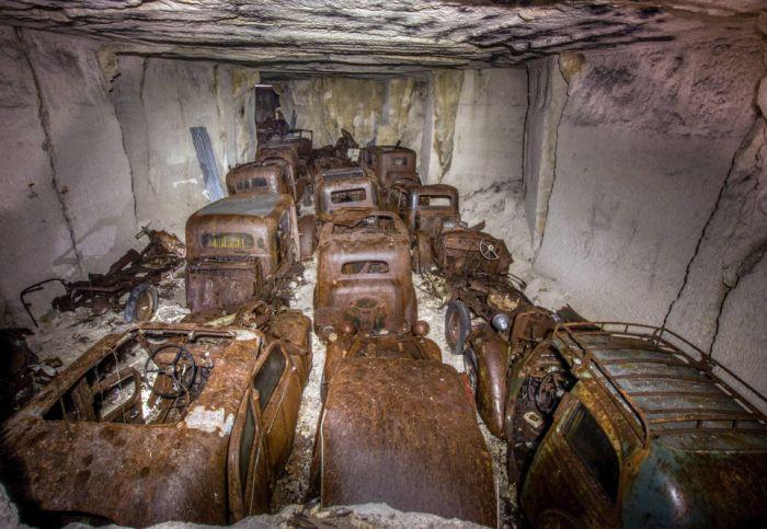 Во Франции обнаружены спрятанные от немцев довоенные авто (11 фото)