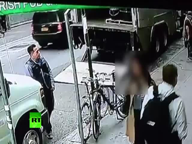 Прохожий украл 40 кг золота из бронированного грузовика