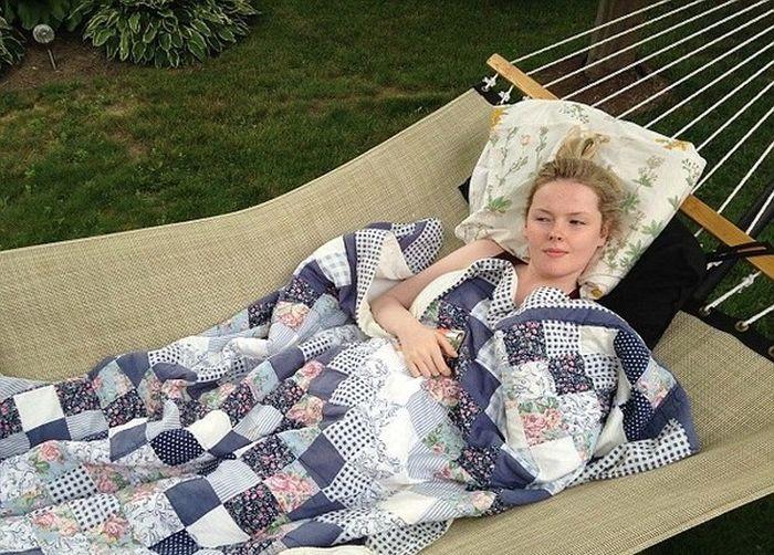 Британка страдает редким заболеванием, из-за которого спит большую часть жизни (6 фото)