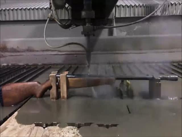 Мощная струя воды разрезала винтовку пополам