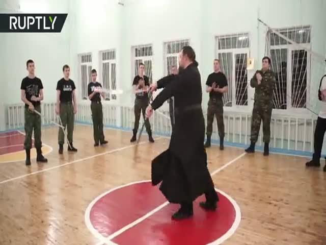 Священник показал мастер-класс по владению саблями
