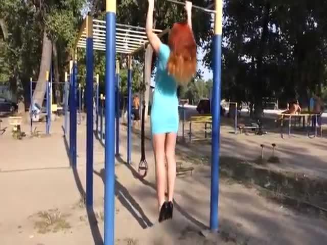 Девушка тренируется в платье и на каблуках