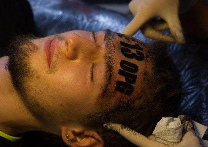 Парень набил татуировку на лбу взамен на бесплатные услуги тату-салона (3 фото)