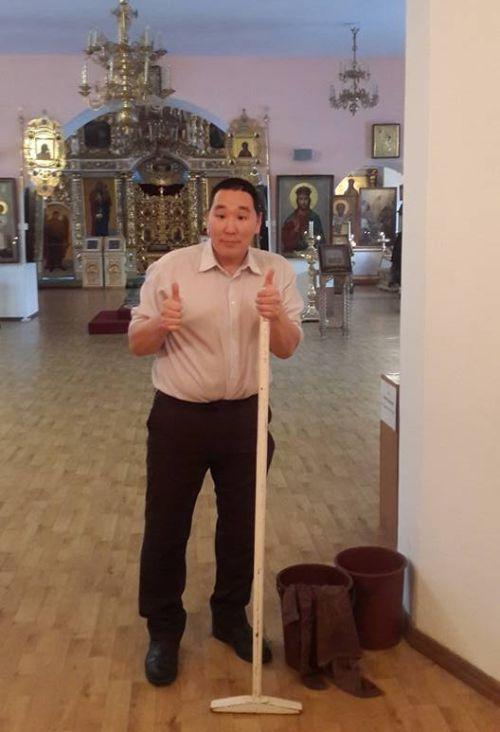 В Якутии непьющему волонтеру года подарили водку (2 фото)