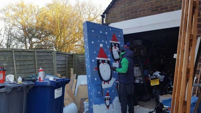 Муж сделал для жены большой рождественский календарь со множеством подарков (17 фото)