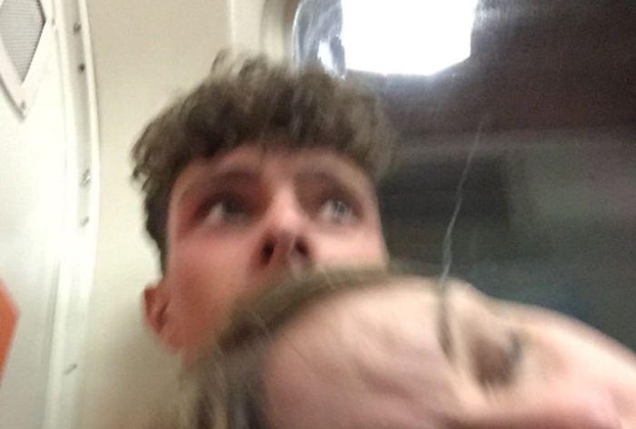 Пассажир метро сделал селфи со спящей на его плече незнакомкой (2 фото)