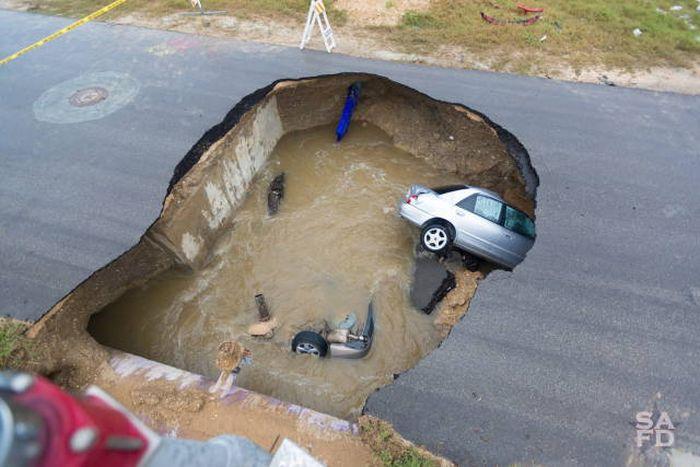 Провал грунта на трассе в США (13 фото)