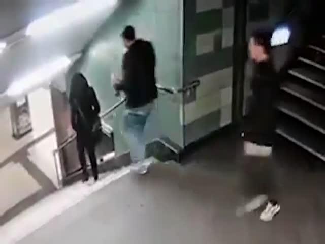 В берлинском метро беженец столкнул девушку со ступенек