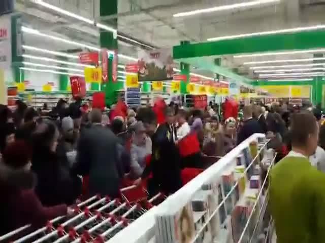 Давка на открытие супермаркета «Ашан» в Тюмени
