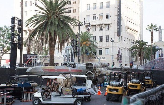 В Лос-Анджелесе появился полноразмерный истребитель X-wing (8 фото)