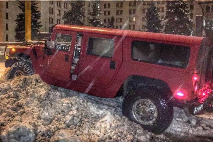 Владелец Hummer H1 получил 14 суток ареста за езду по газонам МГУ (2 фото + видео)