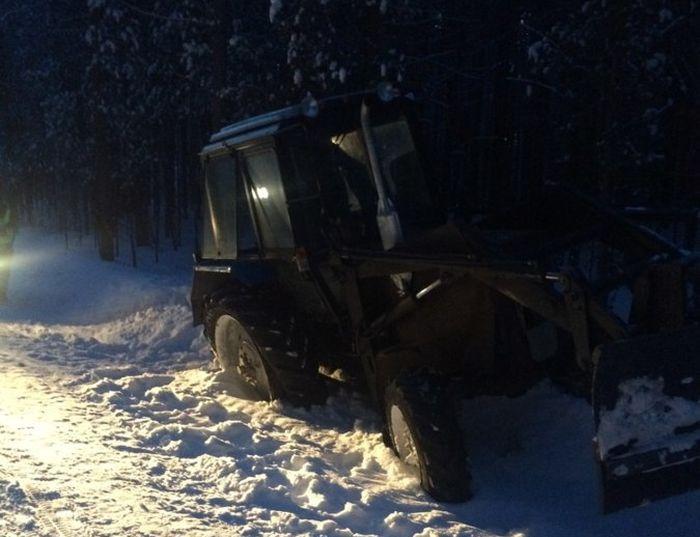 Пьяный подросток на угнанном тракторе пытался столкнуть в кювет автомобиль ДПС (4 фото)