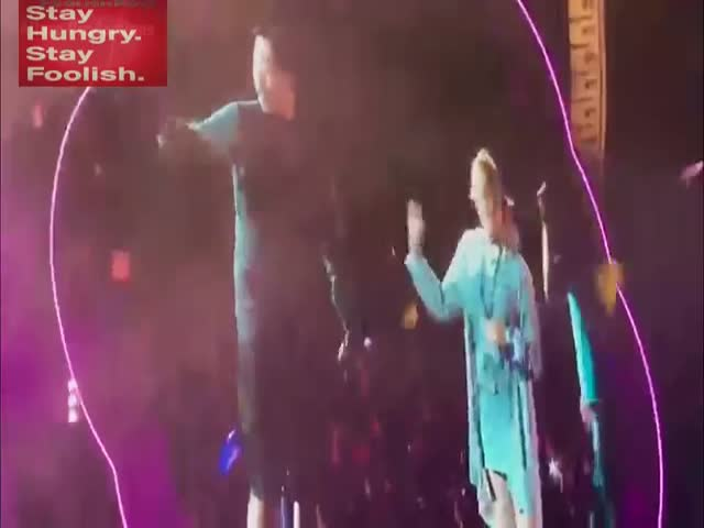 Фанат группы Coldplay сделал девушке предложение прямо во время концерта