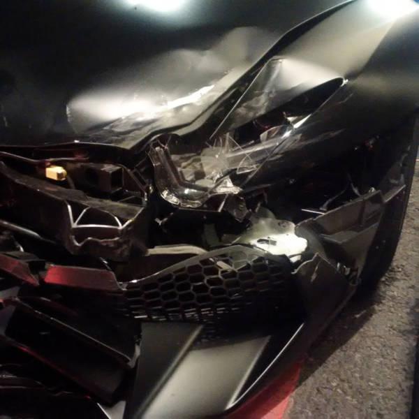 Суперкар Lamborghini Aventador SV бросили на улице после ДТП (14 фото)