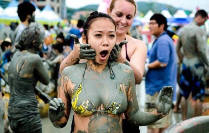 Участницы корейского грязевого фестиваля Boryeong Mud (29 фото)