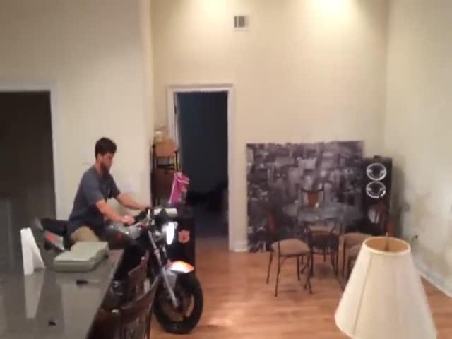 Почему не стоит кататься на мотоцикле в доме